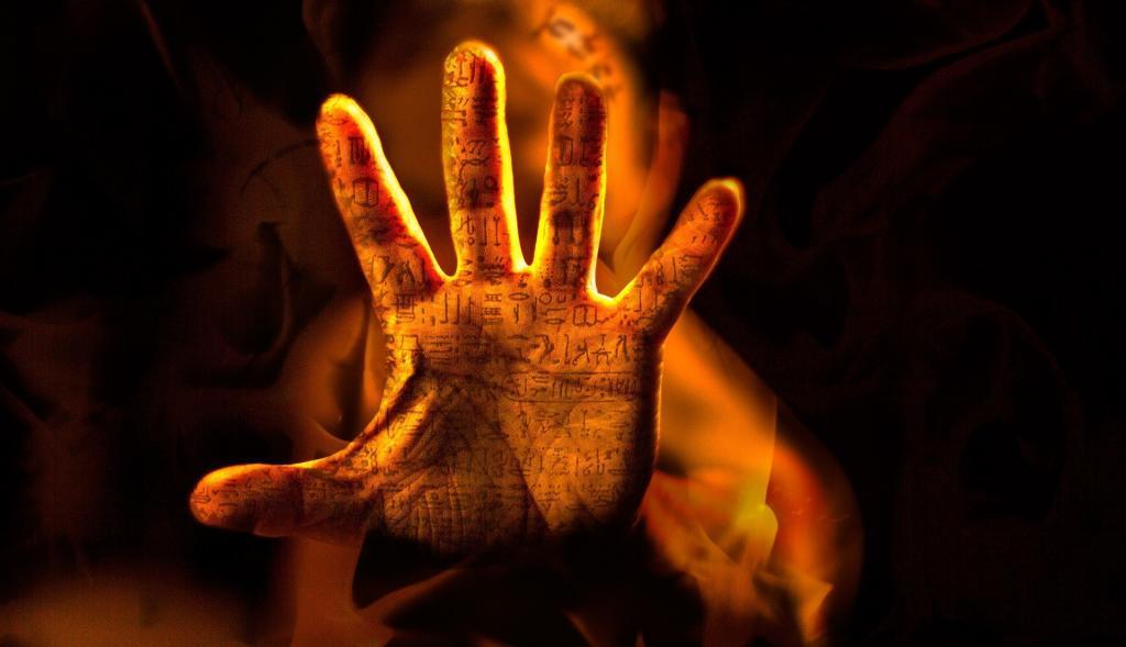 Offene Tätowierte Hand mit verschieden Bildzeichen nah vor der Kamera
